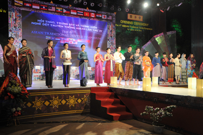 Traditional costumes of ASEAN countries: Brunei, Cambodia, Indonesia, Malaysia, Thailand, India, Japan in the 4th ASEAN Traditional Textile Symposium